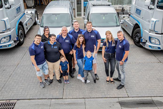 Meerdere generaties Van Spijkeren. De familie uit Harderwijk runt MTH Logistiek. ,,Ons contact met de opdrachtgevers is persoonlijker dan bij grote pakketdiensten.''