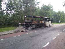 Touringcar van Connexxion volledig uitgebrand in Kampen: 'We hebben geen idee wat er is gebeurd'