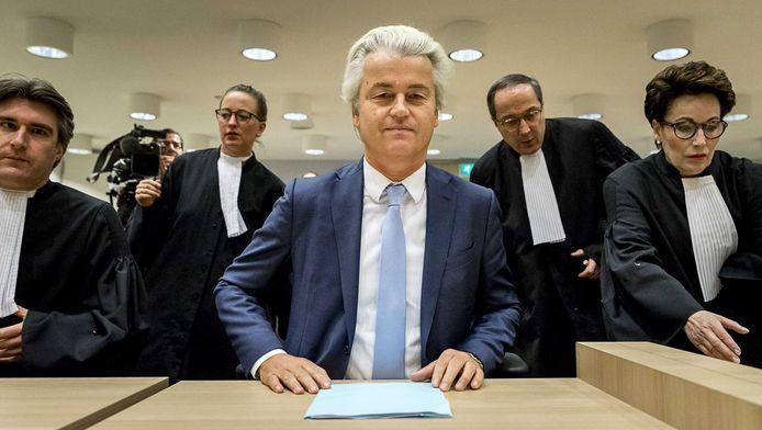 Geert Wilders en de advocaten Geert-Jan Knoops en Carry Knoops-Hamburger in de rechtbank op Schiphol in de zaak rond de minder Marokkanen-uitspraken van de PVV-leider.
