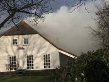 Brandweer redt rietgedekte woonboerderij in Dedemsvaart