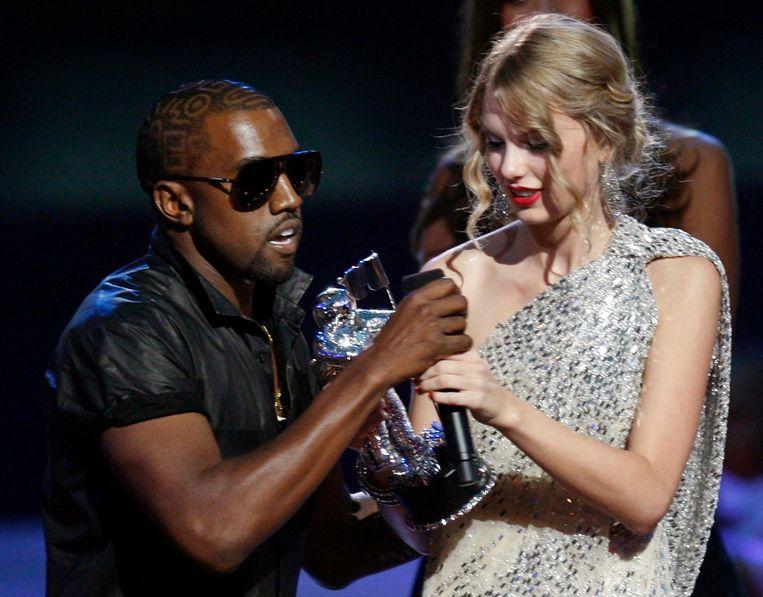 Kanye West stormt het podium op tijdens de MTV VMA's.