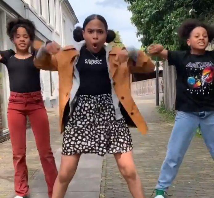 De drie dansende zusjes: 'We vinden heel fijn dat we zoiets kunnen doen in deze donkere tijden'.