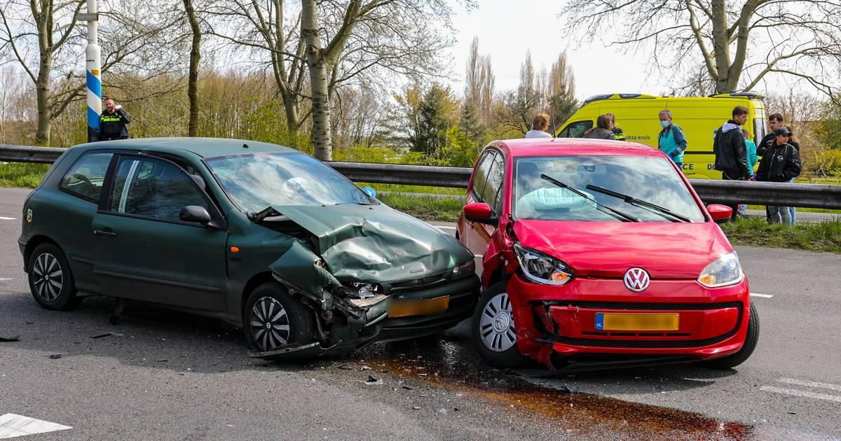 Twee mensen gewond na aanrijding bij Vaassen, file op afrit A50.