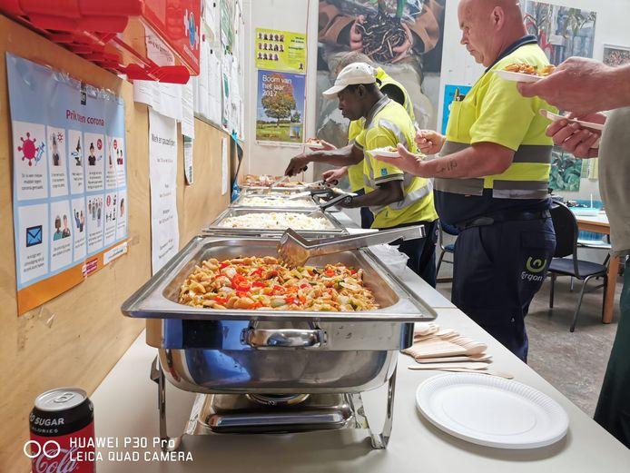 Medewerkers en vrijwilligers van Ergon in Eindhoven werden donderdagmiddag getrakteerd op een Chinese lunch van Oriental Green House.