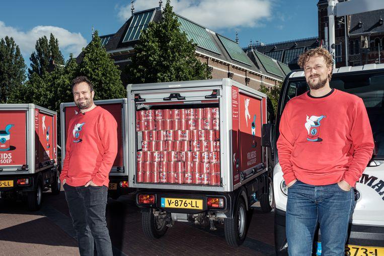 Joris Bijdendijk (rechts) met Samuel Levie en hun Vrijheidsmaaltijdsoep in 2020.  Beeld Jakob Van Vliet