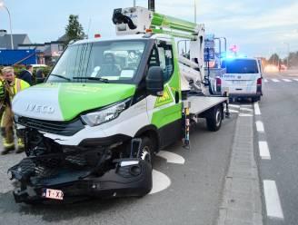 Nagelnieuwe hoogwerker botst met Mercedes op kruispunt De Rysselende