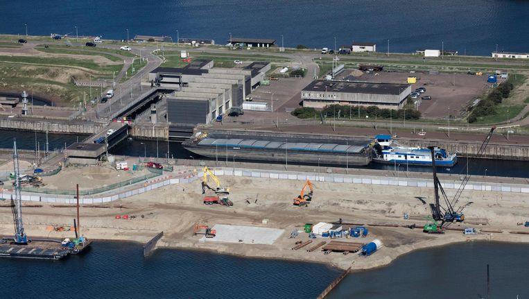 De sluis bij IJmuiden in aanbouw, met op de achtergrond de oude. Beeld anp