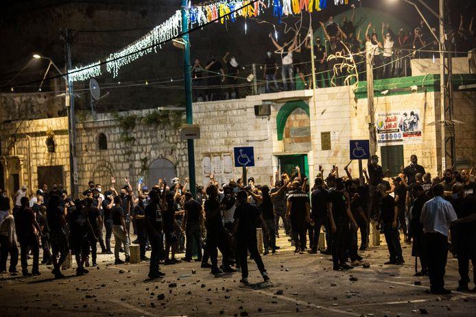 Israëlische Arabieren clashen met de politie en Joodse inwoners in Lod.