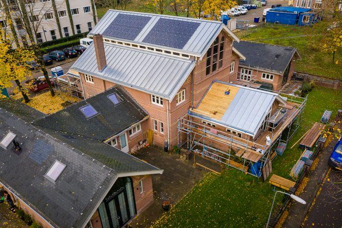 Een van de huizen op Duivendaal. Het bitumen dak wordt vervangen door zink.