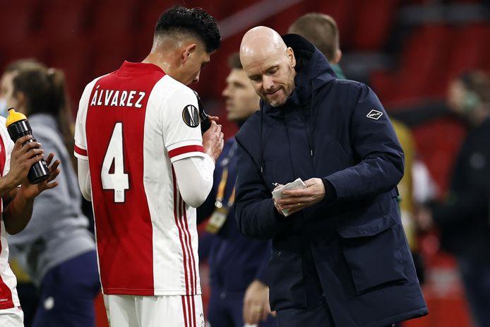 Erik ten Hag geeft Edson Alvarez instructies mee.