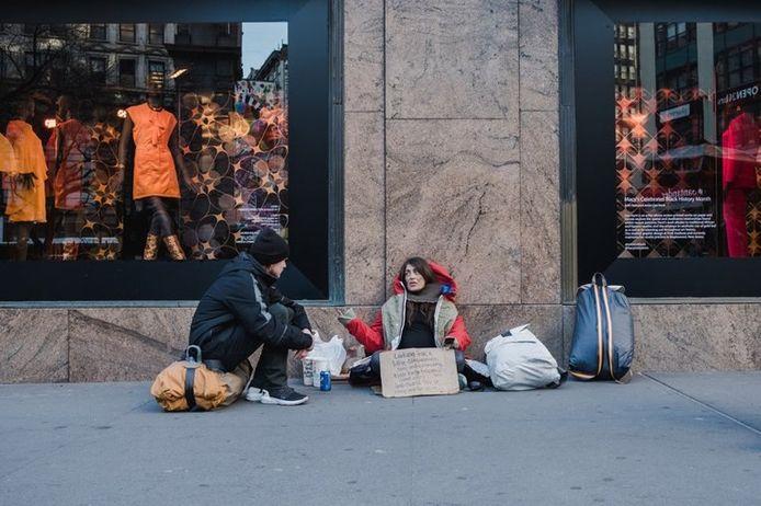 Daklozen uitgerust met Sheltersuit.