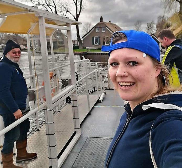 Tijdens de route van 30 kilometer stak Annebel van Kampen met het pontje bij Jonen de Walengracht over.