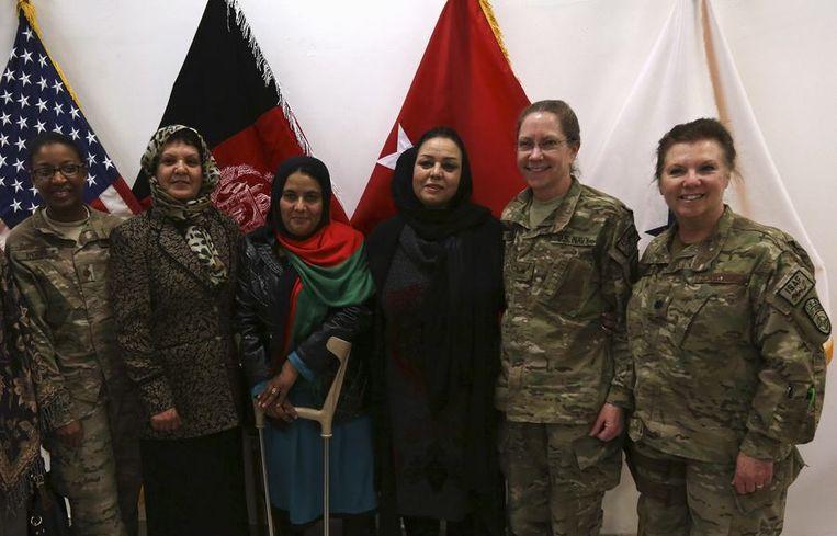 Amerikaanse soldaten en Afghaanse vrouwen poseren gezamenlijk voor Internationale Vrouwendag. Beeld null