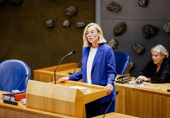 Demissionair minister van Buitenlandse Zaken Sigrid Kaag en demissionair minister Ank Bijleveld (Defensie) terwijl Kaag bekendmaakt terug te treden als minister.