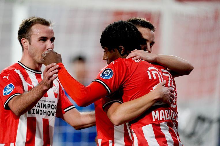 PSV-aanvaller Noni Madueke scoorde twee keer tegen ADO. Hier wordt hij omhelsd door Ryan Thomas. Links Mario Götze. Beeld BSR Agency