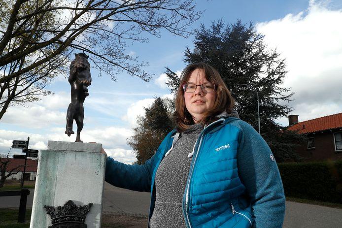 Elvira Zervos van de dorpsraad bij de nieuwe leeuw van Aerdt.