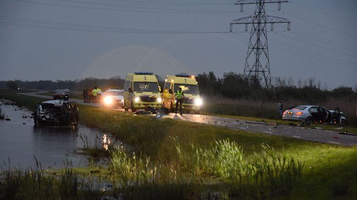 Bij de botsing tussen twee auto's in de Biesbosch overleed een 78-jarige vrouw. Drie andere inzittenden raakten gewond en moesten naar het ziekenhuis.