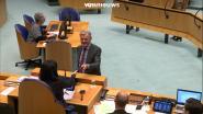 VIDEO. Betrapt! Nederlands parlementslid moet gsm afgeven aan voorzitster