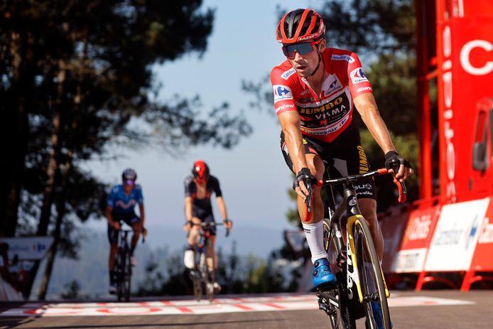 Primoz Roglic komt over de finish in de twintigste etappe van de Ronde van Spanje.