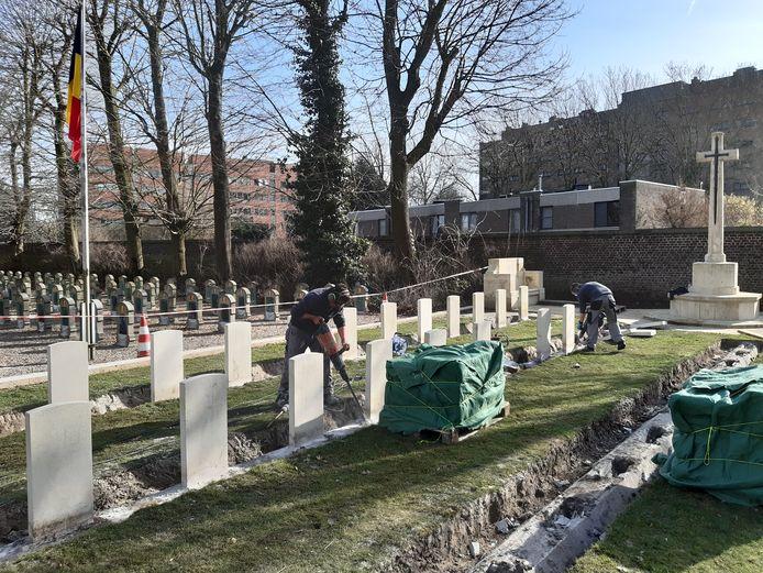 De graven werden stuk voor stuk weggehaald om een nieuwe fundering te voorzien.