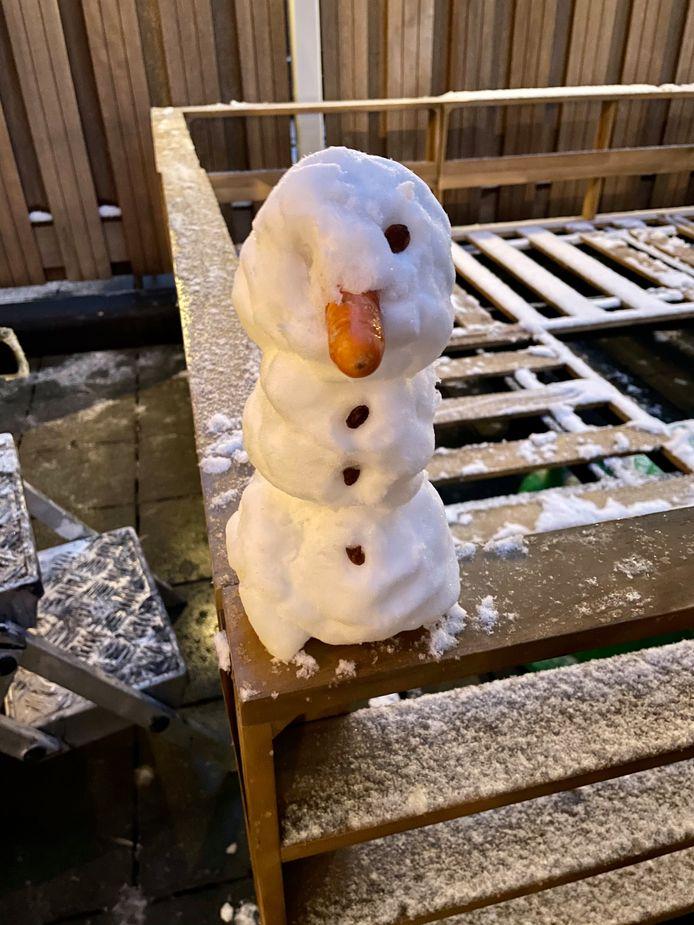 Ize van der Ven (2) maakte haar eerste echte sneeuwpop.