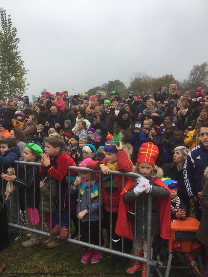 Sinterklaas werd in Oosterhout verwelkomd door een grote en enthousiaste menigte.
