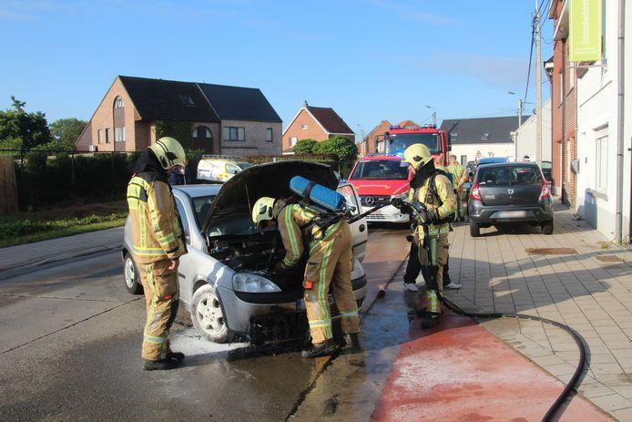 De motor van de Opel Corsa brandde volledig uit.