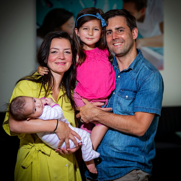 Bram Verbrugge samen met Emine en zijn dochters Sara en Lana.