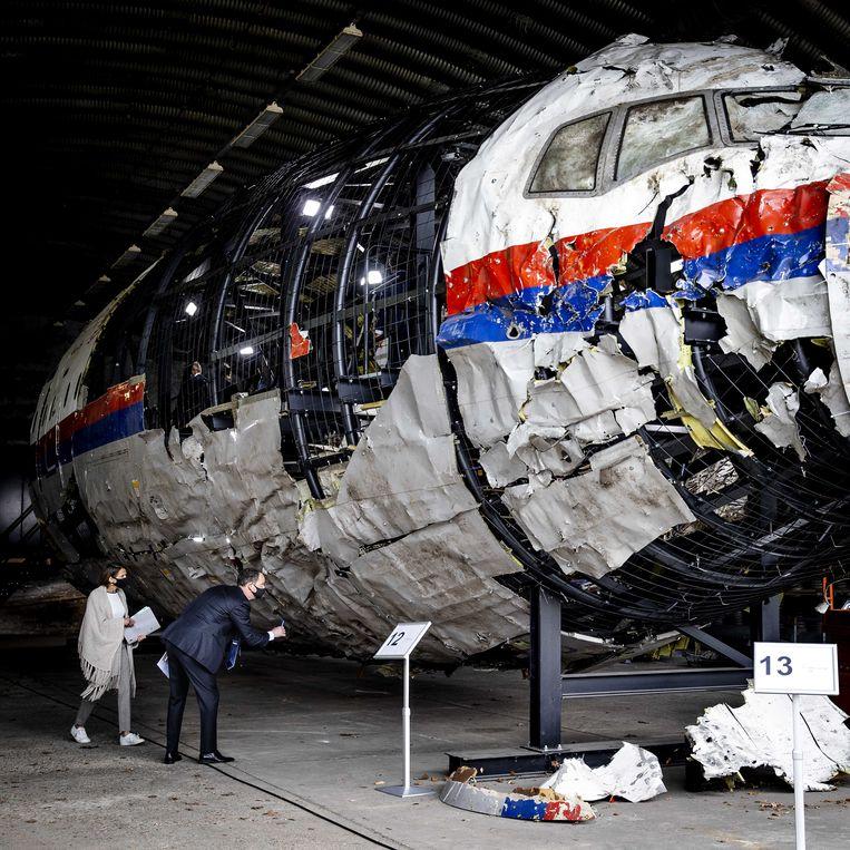 Advocaten bekijken op vliegbasis Gilze-Rijen de reconstructie van het in 2014 neergeschoten MH17-toestel. De schouw is onderdeel van het MH17-strafproces, dat maandag is begonnen. Beeld Sem van der Wal / ANP