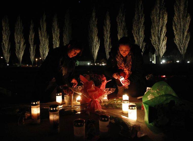 In Lommel werden kaarsen aangestoken na een gebedswake. Beeld REUTERS