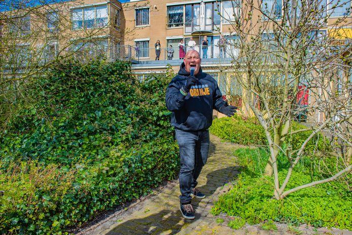 John Medley geeft Quarantaine-zorg-benefietconcerten voor bewoners van verpleeghuizen in Den Haag en omstreken.