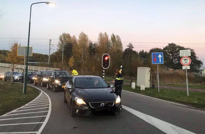 De rij automobilisten die worden bekeurd op de Fortweg.