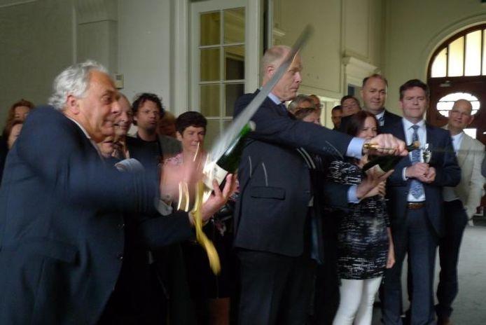 Onder anderen wethouder Pennings (links) schoot met een sabel de kurk van een champagnefles ten teken dat de start van Parc Glorieux nu een feit is.