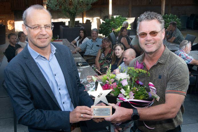 Martin Som, wethouder van de gemeente Montferland (links), reikte de nieuwe prijs uit aan Roel Dijkman.