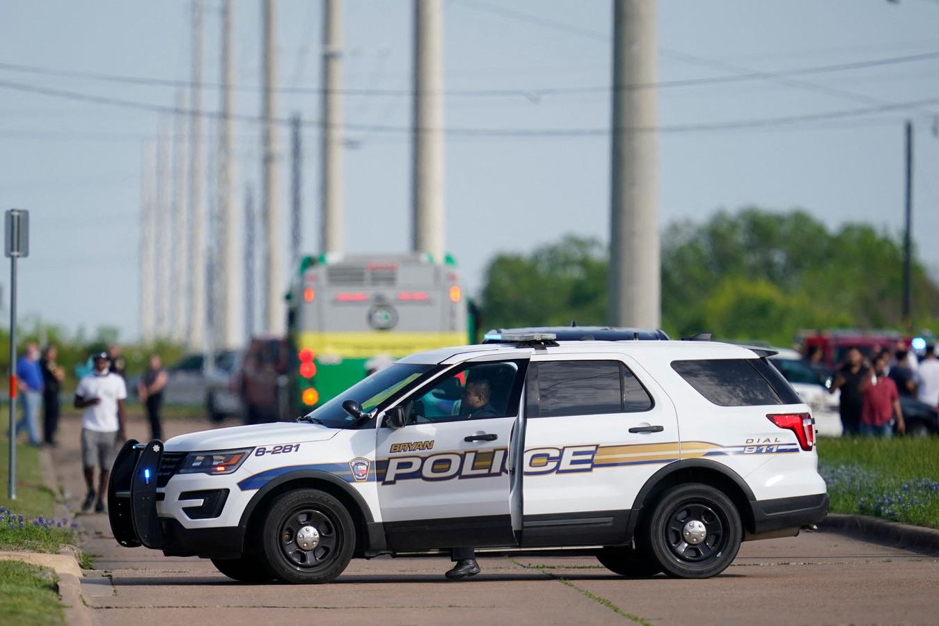 Politie in Bryan (Texas) blokkeert de weg nabij de meubelzaak waar bij een schietpartij een dode en meerdere gewonenden vielen.