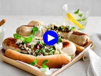 Til je hotdog naar een hoger niveau, met witte pens en een fris appel-komkommerslaatje