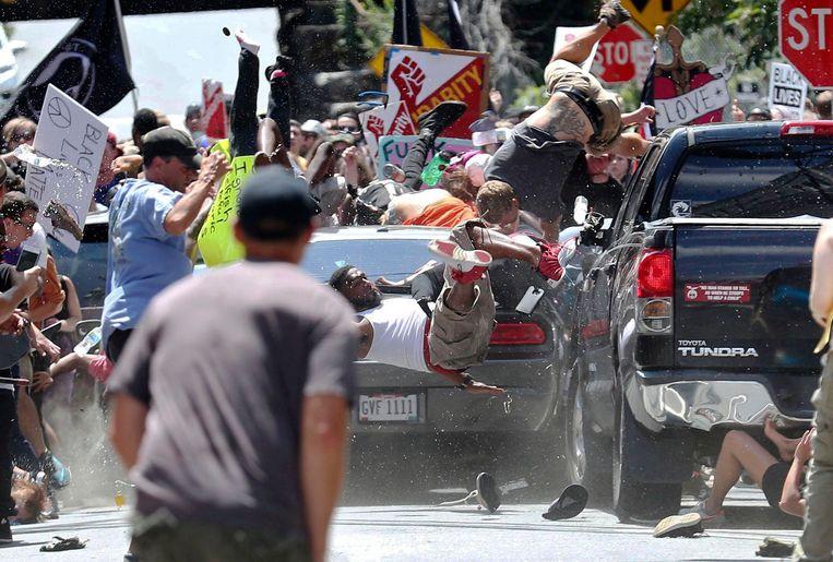 Het moment dat de auto op de tegendemonstranten inrijd in Charlottesville. De foto werd na het incident massaal via sociale media verspreid.  Beeld AFP