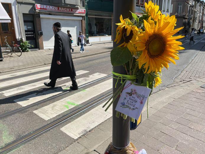 Bloemen aan het kruispunt waar gisteren twee kindjes werden doodgereden.