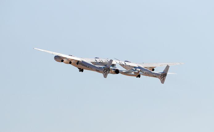 Het vliegtuig dat de raket met Branson en bemanning draagt.