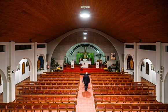 Het kerkje van den Briel is bedreigd met sluiting nu pastoor Van Duyse (75) met pensioen moet gaan.