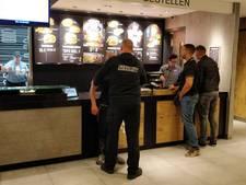 Man probeert tablet te stelen die vastzit aan kabel in McDonald's