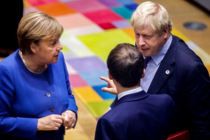 De Duitse bondskanselier Merkel, de Franse president Macron (op de rug gezien) en de Britse premier Johnson. (Archiefbeeld)