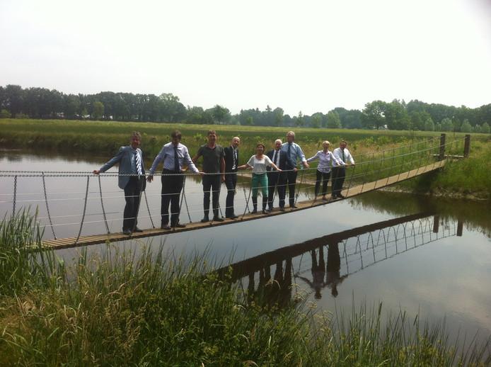 De Britse 'members of parliament' op een hangbrug over de Essche Stroom, bij landgoed Bleijendijk