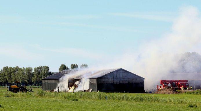 De achterwand van de loods is door de brandweer verwijderd.
