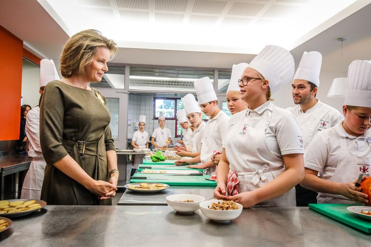 Koningin Mathilde luisterde geboeid naar de leerlingen van de eerste graad. Chef Cloet luistert mee op de achtergrond.