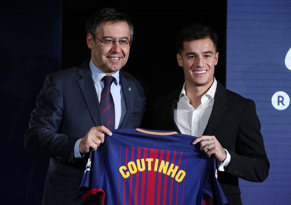 Philippe Coutinho met Barça-voorzitter Bartomeu.