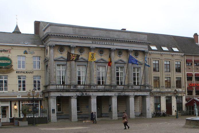 Bezoekers kunnen het gebouw betreden via de ceremoniële ingang op de Grote Markt.