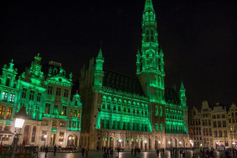 Het Brusselse stadhuis is groen verlicht tijdens de Ierse feestdag St. Patricks Day. (Archieffoto) Beeld Baert Marc