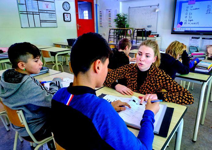 Docent Laura geeft rekenles aan groep 8 van basisschool De Regenboog in Dordrecht.