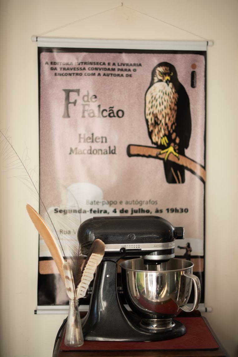 Een Portugese poster voor Helen Macdonalds eerste boek,